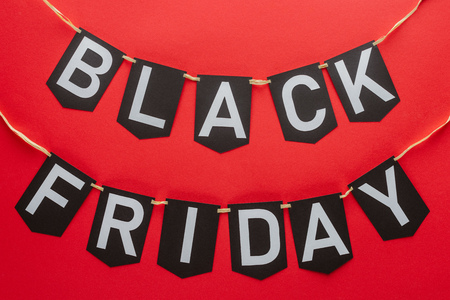 black friday words on flag garlands isolated on red Banque d'images - 110669881