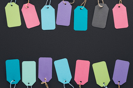 top view of colorful discount tags on black background for black friday Banque d'images - 110670652