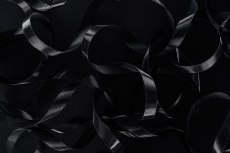 widok z góry czarnych błyszczących wstążek jako tło na czarny piątek