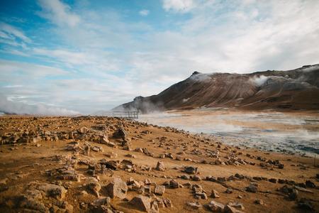 Schöne malerische isländische Landschaft mit Felsen, Bergen und heißen Quellen mit Dampf