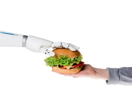Toma recortada de robot pasando sabrosa hamburguesa a humano aislado sobre fondo blanco.