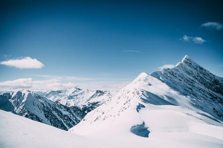 Prachtige besneeuwde bergtoppen op zonnige dag in Mayrhofen, Oostenrijk Stockfoto