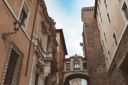 Narrow street with arch in historical quarter of Rome 版權商用圖片