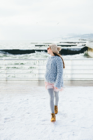 Beautiful stylish girl posing on winter quay Stockfoto - 110952038