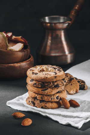 Close-up shot of delicious chocolate-chip cookies with jezve Foto de archivo - 110952143
