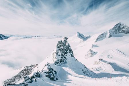 Hermoso paisaje escénico con montañas cubiertas de nieve en la zona de esquí de Mayrhofen, Austria Foto de archivo