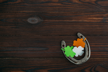 top view of horseshoe and clovers in colors of irish flag on wooden table Stok Fotoğraf - 112309010