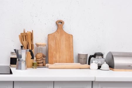 diverse houten keukengerei op tafel bij keuken Stockfoto