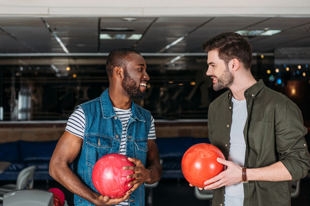 happy young men with balls at bowling club Standard-Bild