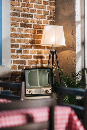 vintage tv with blank screen in 1950s style interior 스톡 콘텐츠