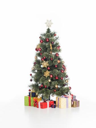 Zamknij widok świątecznej choinki i zapakowanych prezentów na białym tle Zdjęcie Seryjne