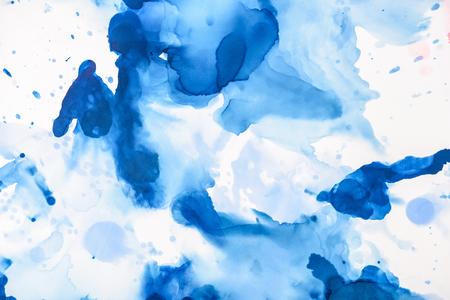 Éclaboussures bleues d'encre à l'alcool sur blanc comme toile de fond abstraite Banque d'images