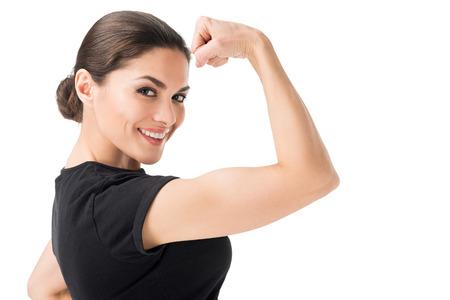 Jeune femme montrant le geste du pouvoir féminin isolé sur fond blanc Banque d'images