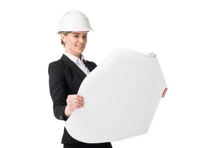 Ingénieur en construction féminin en costume regardant blueprint isolé sur fond blanc