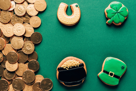 Top view of icing cookies and golden coins, St Patricks day concept Stok Fotoğraf