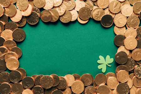Top view of golden coins and shamrock on green table background, St Patrick's day concept Stok Fotoğraf - 111744922