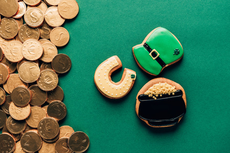 Top view of icing cookies and golden coins on green background, St Patricks day concept Stok Fotoğraf