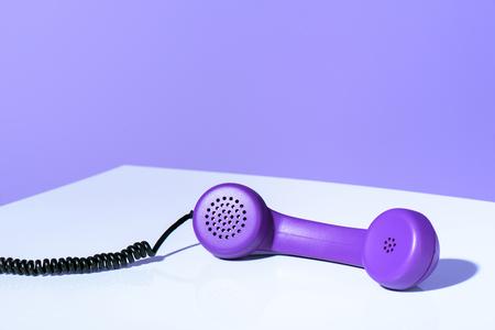 Combiné téléphonique violet en plastique, tendance ultra violet Banque d'images