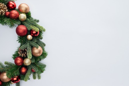 Top view of decorative festive wreath with red and golden Christmas toys isolated on white background Foto de archivo - 112228418