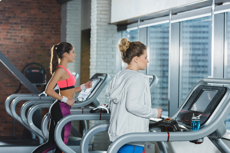 women training on treadmills at gym Stockfoto