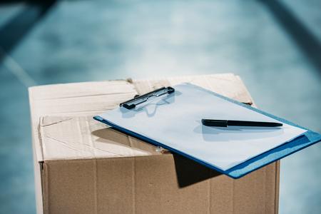 Empty cargo declaration on cardboard package Stockfoto