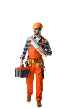 Arbeiter im orangefarbenen Overall mit Werkzeugkasten und Blaupause isoliert auf weiß