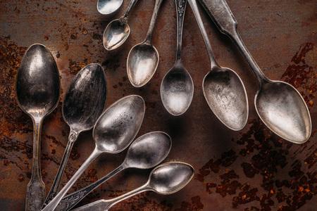 Old metal spoons on rusted background Zdjęcie Seryjne