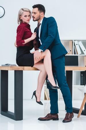 junges Paar Geschäftsleute flirten im Büro Standard-Bild