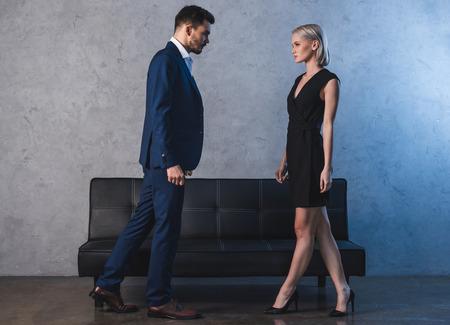 Seitenansicht eines schönen sinnlichen jungen Paares, das sich ansieht Standard-Bild