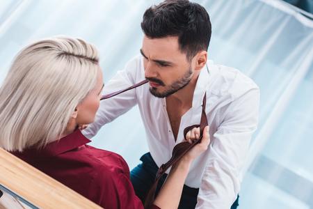 junges Paar, das sich am Arbeitsplatz ansieht