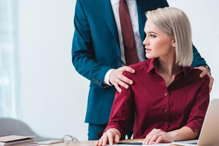 Schnappschuss eines Geschäftsmannes, der mit einer schönen jungen Kollegin im Büro flirtet Standard-Bild