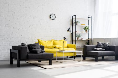 interno di un elegante soggiorno con pareti bianche