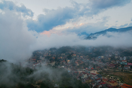 Town in beautiful mountains and clouds in Sa Pa, Vietnam Stockfoto