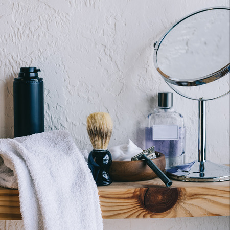close up view of arranged barber equipment for shaving on wooden shelf Stockfoto
