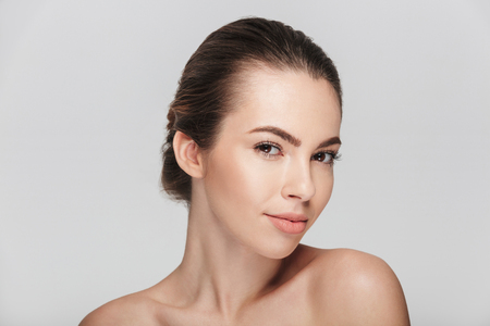 mooie jonge vrouw met perfecte huid geïsoleerd op wit