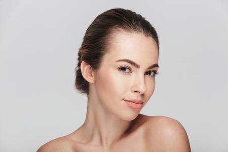 schöne junge Frau mit perfekter Haut isoliert auf weiß