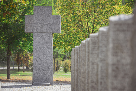 Selective focus of old memorial monument in shape of cross at cemetery Stockfoto