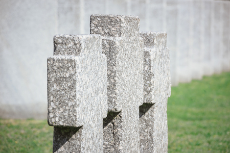 Close up view of old memorial headstones placed in row at cemetery Stockfoto