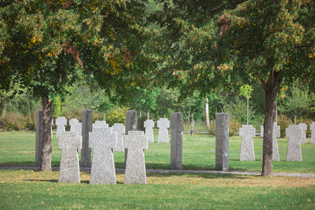 Old memorial stone crosses placed in rows at cemetery Stockfoto