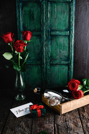 i love you greeting card, gift, red roses and champagne bottle with glasses for valentines day Foto de archivo - 111818893