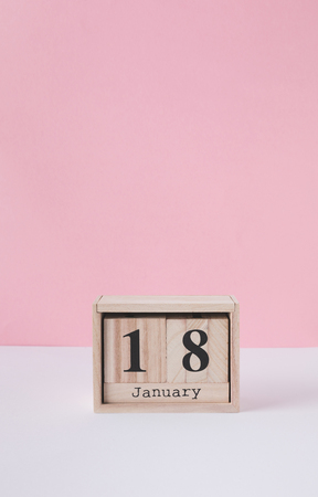 close up view of wooden calendar isolated on pink Stockfoto - 111850942