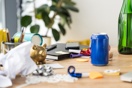 close up view of soda drink, party decorations and notebook on tabletop in office Stockfoto