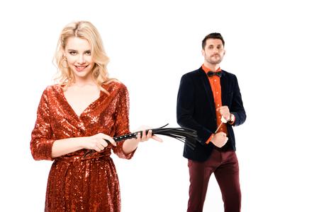 Paar attraktive Frau mit Peitsche und Mann in Handschellen isoliert auf weiß Standard-Bild