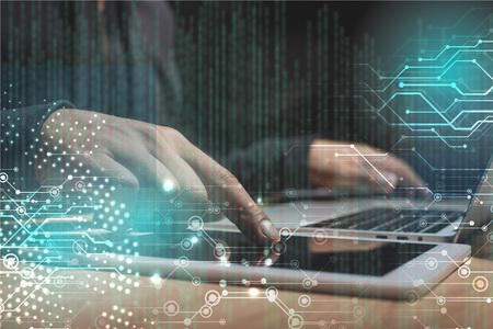 Captura recortada de hacker masculino usando laptop y tableta, concepto de seguridad cibernética