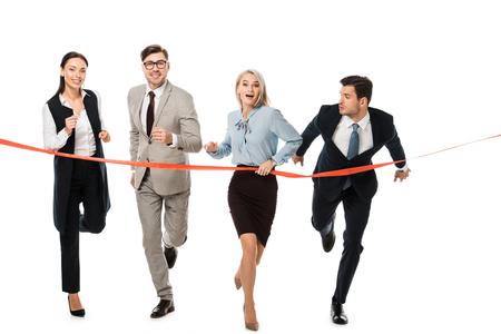 Los empresarios que llegan a la línea de meta aislado en blanco