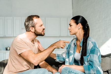 couple ayant une dispute et mari criant à une femme fatiguée Banque d'images