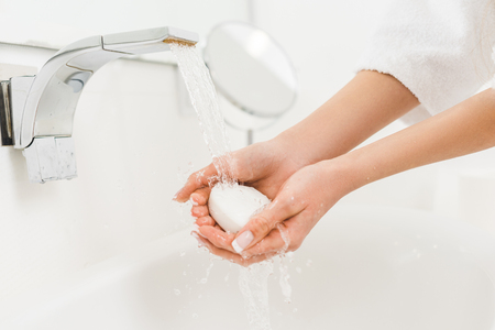 partial view of woman washing hands with soap at home 免版税图像 - 112539643