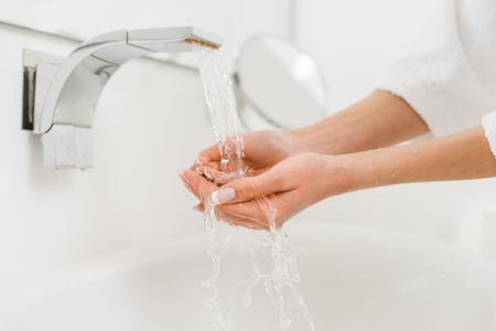 vista parziale della donna che si lava le mani a casa