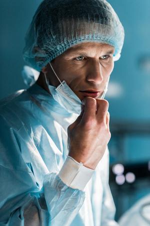 doctor removing medical mask in surgery room Zdjęcie Seryjne
