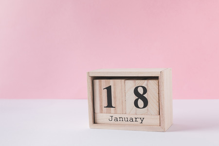 close up view of wooden calendar isolated on pink Stockfoto - 112540095